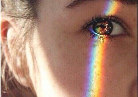 Olhar feminino com feixe de luz