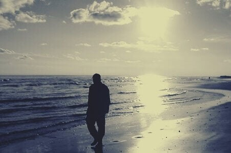 Pessoa caminhando na praia