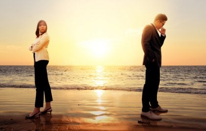 Casal brigado na praia