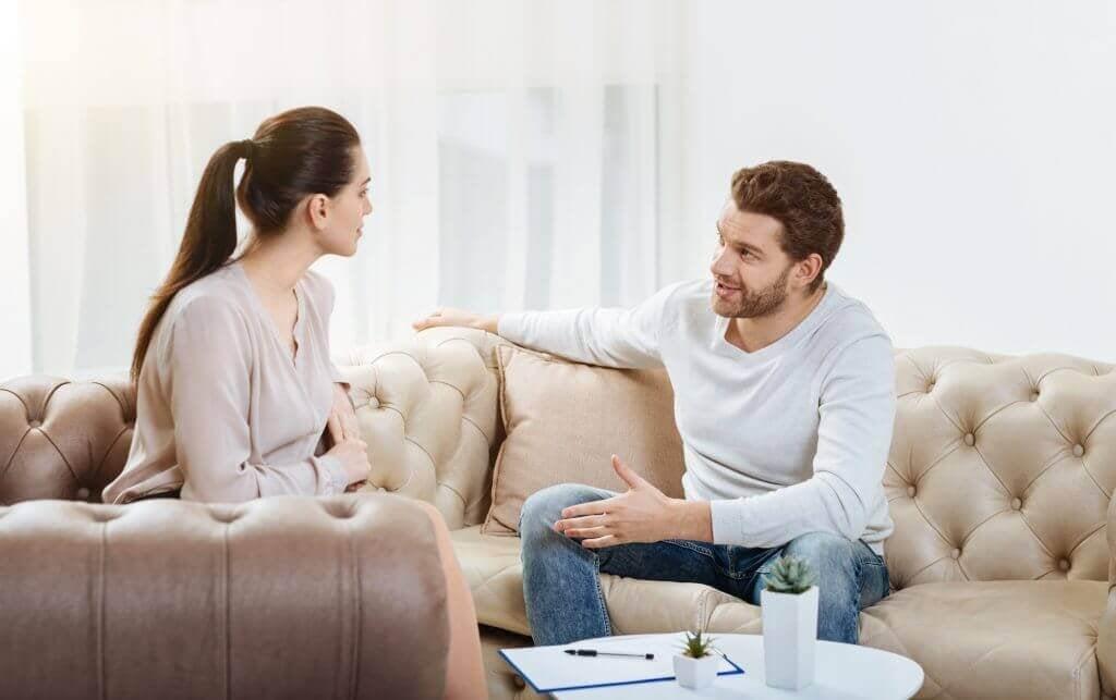 Casal conversando em casa