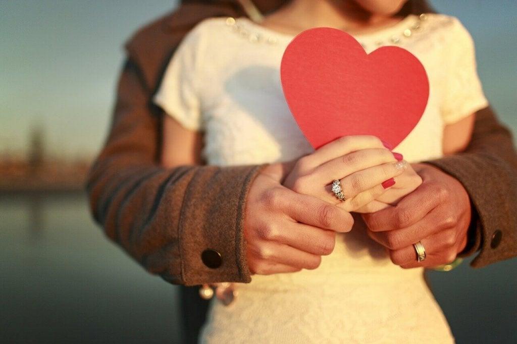 Casal segurando coração