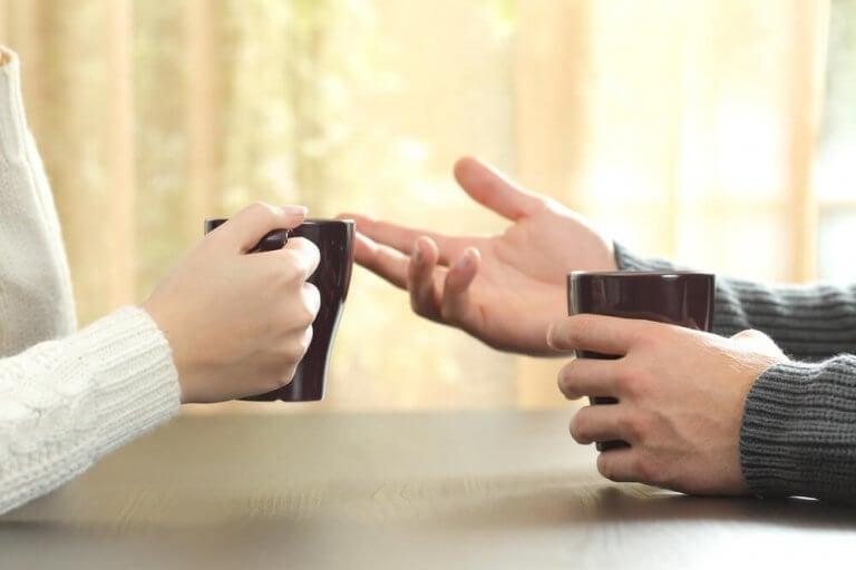 Pessoas conversando tomando café