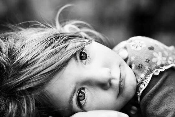 Criança pensativa