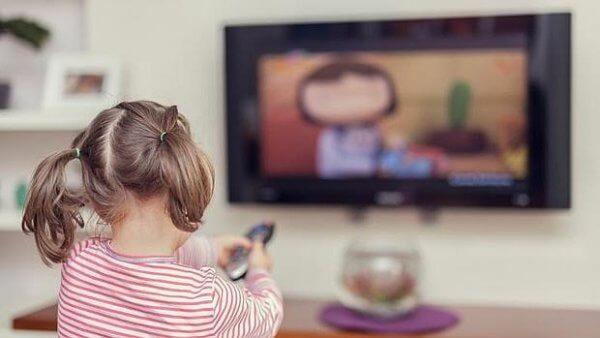 Criança vendo televisão