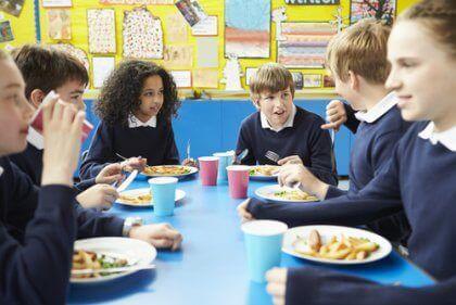 Crianças almoçando na escola