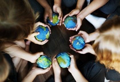 Crianças com o mundo na mão