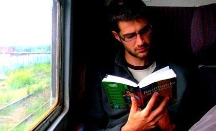 Homem lendo no trem