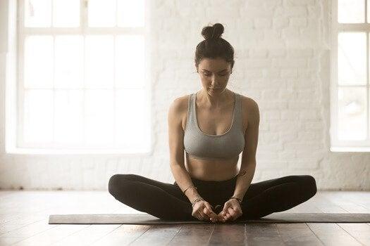 6 posturas de ioga para aliviar as dores nas costas