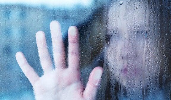 Delírio de cristal: a crença de ser tão frágil quanto o vidro