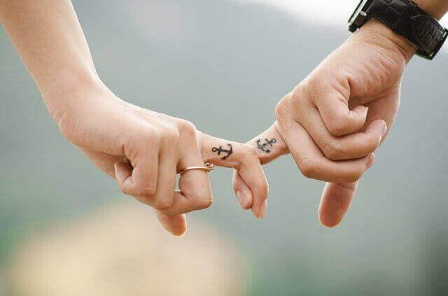 Casal com tatuagens apaixonadas