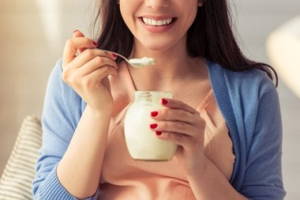 Mulher tomando um iogurte