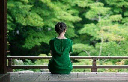 Mulher observando a natureza