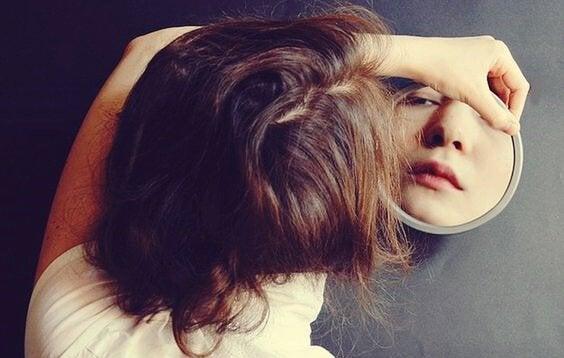 Mulher se olhando no espelho