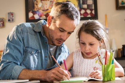 Pai pintando com a filha