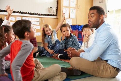 Professor com alunos na sala de aula