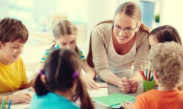 Professora com seus alunos