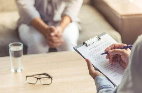 Psicólogo com paciente obsessiva