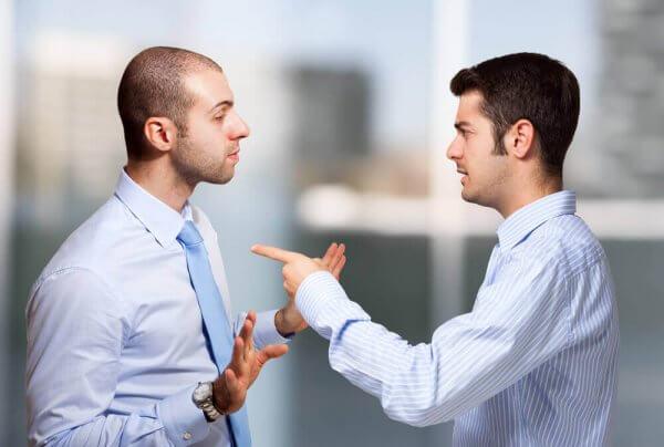 Homens discutindo