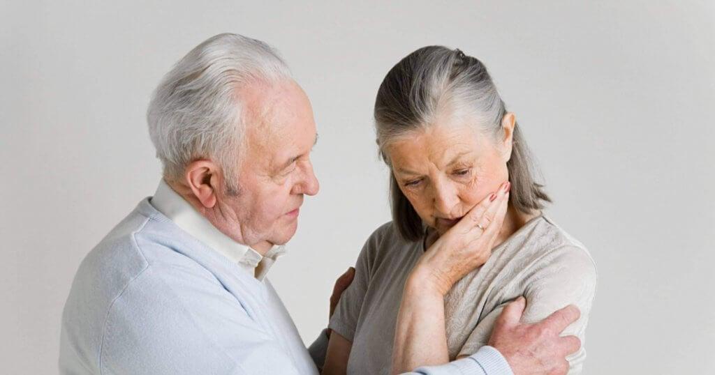 Idoso cuidando de mulher idosa