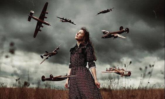 Mulher rodeada por aviões de guerra