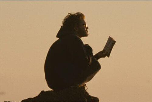 Christopher lendo um livro
