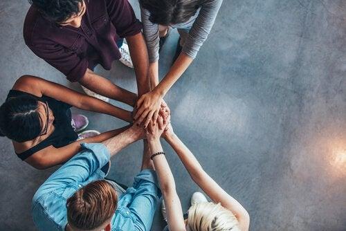 Equipe unindo mãos