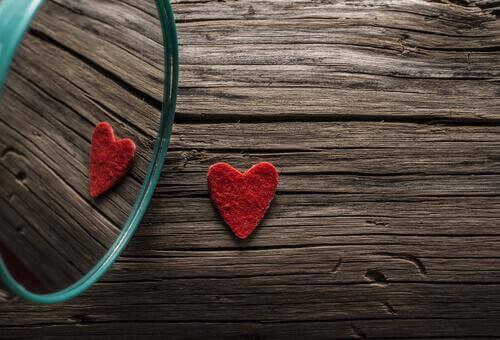 Coração de feltro representando o amor por si mesmo