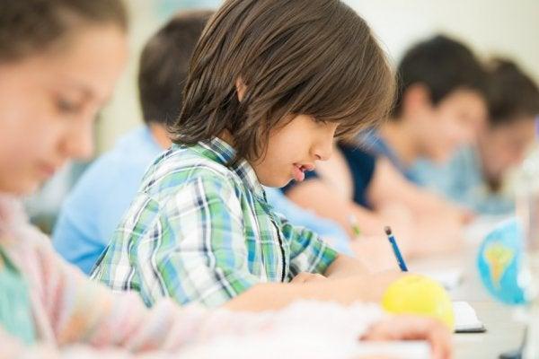 Crianças escrevendo na escola