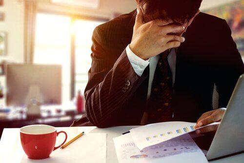 Homem sentindo ansiedade no trabalho