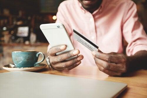 Homem fazendo compra no celular