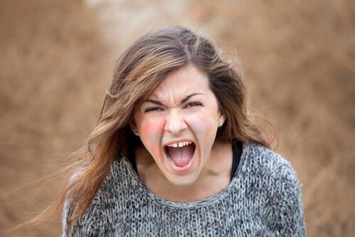 Mulher explodindo de raiva
