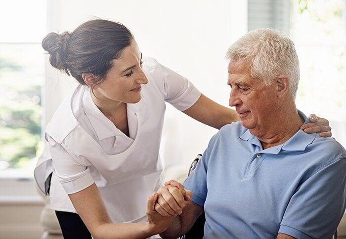 Psicóloga com homem idoso