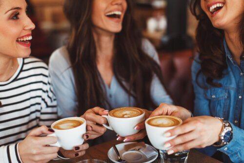 Amigas tomando café