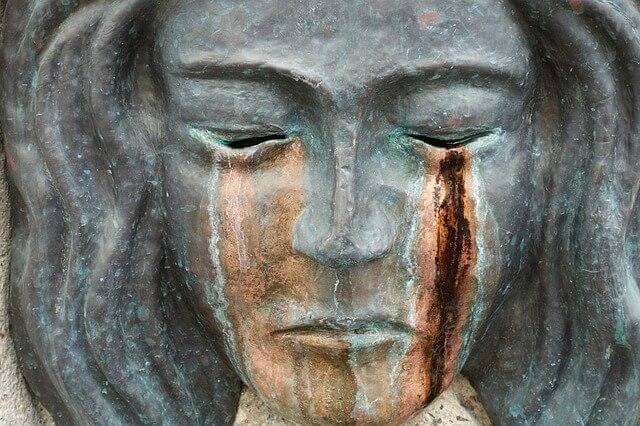 Escultura de mulher chorando