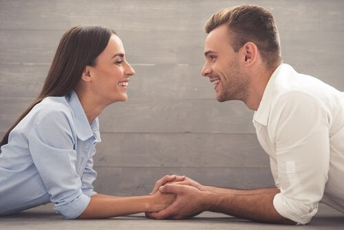 Homem e mulher sorrindo um para o outro
