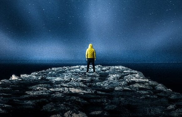 Homem observando céu noturno