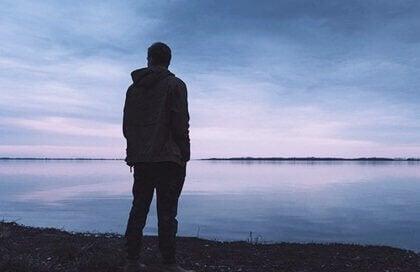 Homem observando paisagem