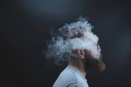 Homem rodeado de fumaça