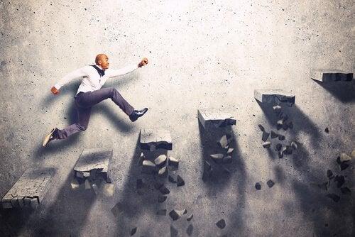 Homem subindo escada desmoronando