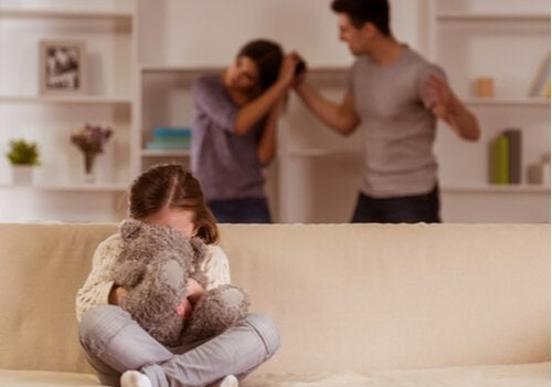 Filha presenciando agressão da mãe