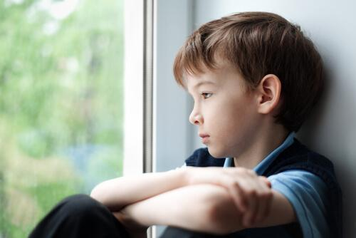 Criança triste por sofrer bullying