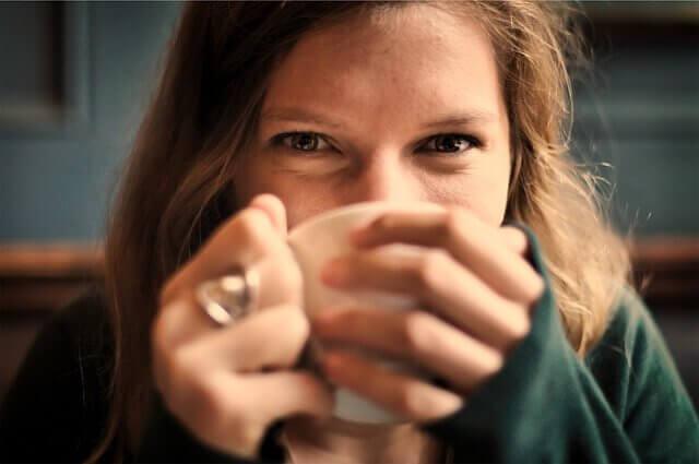 Mulher tomando um chá