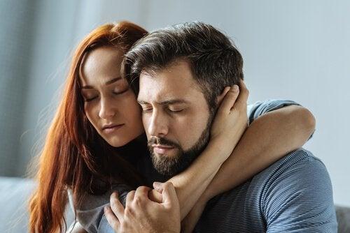 Mulher consolando homem com um abraço