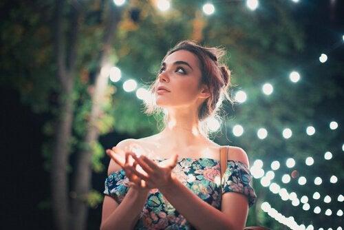 Mulher observando as luzes
