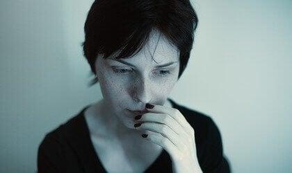 Mulher com problema na garganta