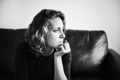 Mulher pensativa e preocupada