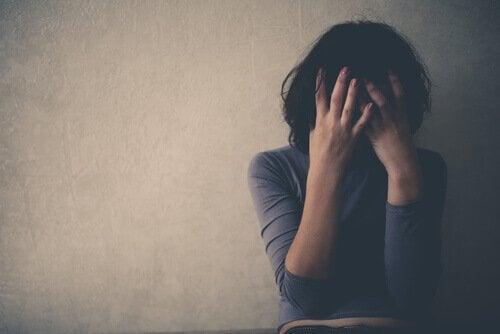 Mulher sofrendo com dor emocional