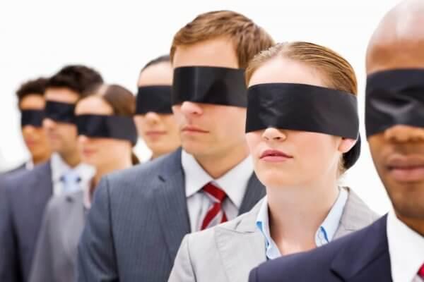 Pessoas vendadas representando a cegueira social