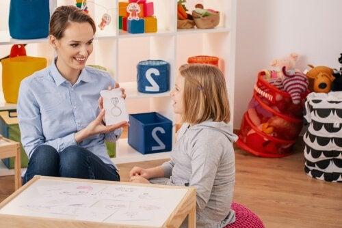 Psicóloga trabalhando com criança