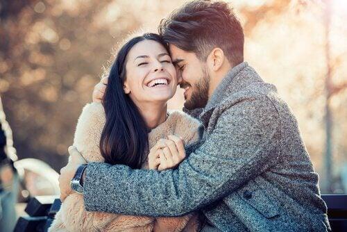 Casal feliz se abraçando e rindo